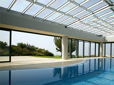 Zastakljen bazen sa staklenim krovom