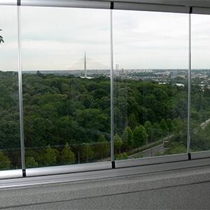Panoramski pogled sa zastakljene terase
