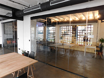 Staklene pregrade u kancelarijskom prostoru