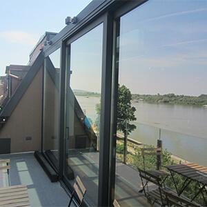 Zastakljena terasa sa pogledom na reku