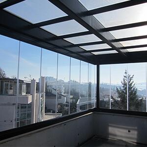 Zatvorena terasa pokrivena staklenim krovom