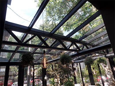Stakleni krov baste restorana